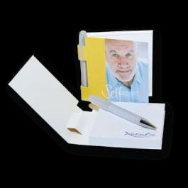 Poznámkový bloček s perem na cesty